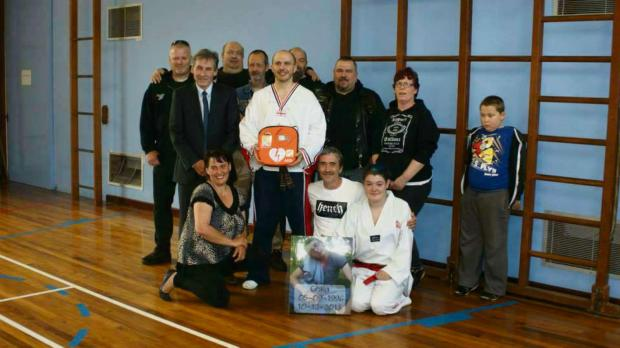Members of 1066 MCC donate a defibrillator to TAGB Tae Kwon Do club, accompanied by members of Redditch Heart Safe. SP